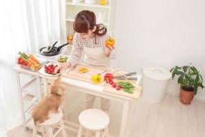 woman-dog-healthy-kitchen