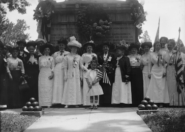 Memorial_Day_ceremony_at_the_Civil_War_Unknowns_Monument_-_Arlington_National_Cemetery